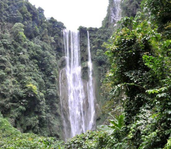 高168米宽30米的大瀑布从天而降