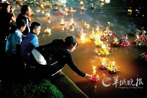 泰国曼谷,人们举办盛大的活动来庆祝水灯节
