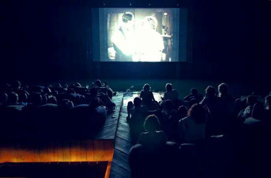 泰国漂浮在海上的电影院