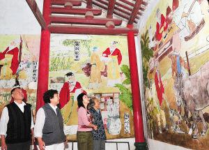 11月21日,几位来海南过冬的候鸟老人正在五公祠里参观游览。海南日报记者 古月 摄