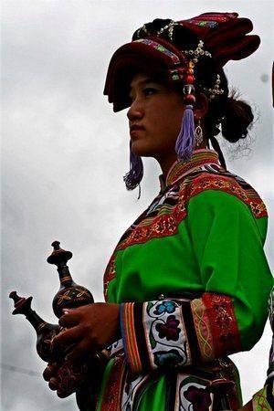 彩铅手绘彝族女孩