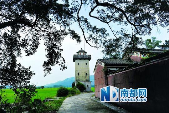 村中的碉楼伫立在北帝庙边上