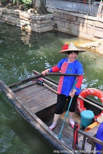 撑船的水乡妇女