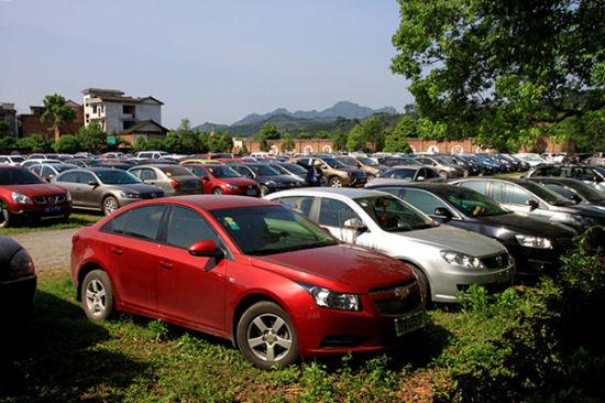 景区临时停车场旅游车辆(颜克明 摄)