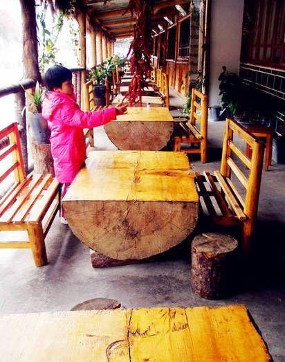 当地很多小餐馆的桌椅板凳都是天然木材,尤其用巨大树木做的很