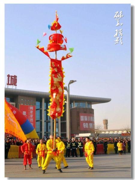 据说,皇帝出行有盛大的仪仗队,其中,幡旗必不可少.