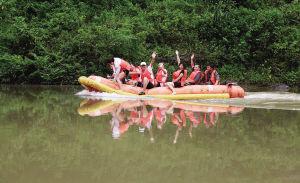 游客在风景秀丽的琼海万泉河漂流。海南日报记者 李英挺 摄