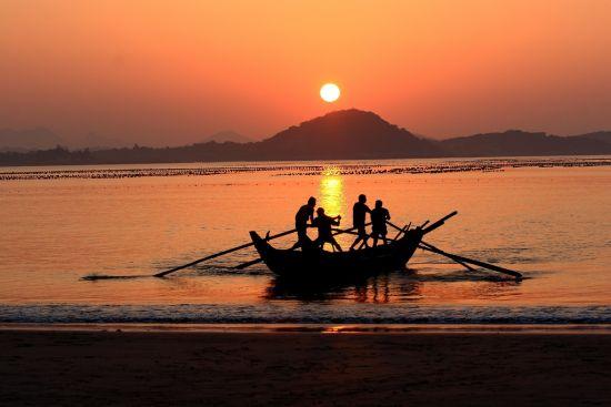 渔船驶入大海,前去撒网