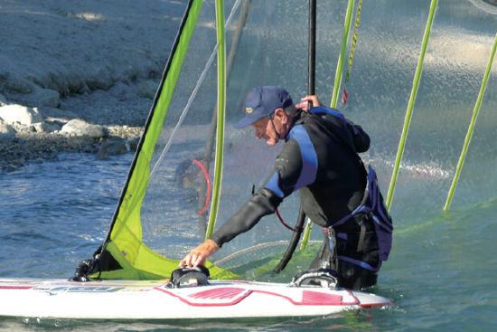风浪板的主要部件:帆、桅杆和板身
