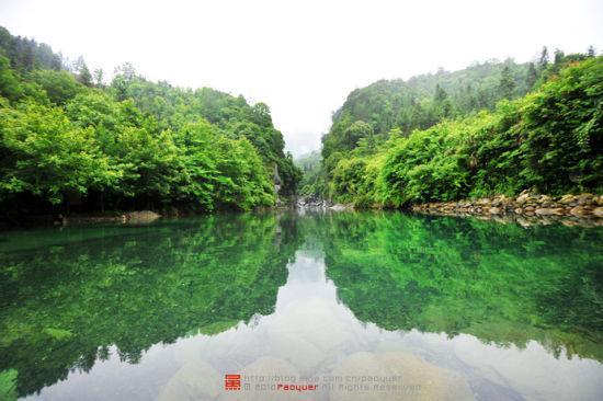 碧绿碧绿的潭水