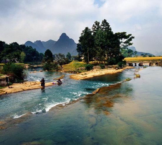 著名的黄果树大瀑布,中国第一大瀑布,也是世界最宽阔壮观的瀑布之一。景区内以黄果树大瀑布(高77.8米,宽101.0米)为中心,采用全球卫星定位系统(GPS)等科学手段,测得亚洲最大的瀑布黄果树大瀑布的实际高度为77.8米,其中主瀑高67米;瀑布宽101米,其中主瀑顶宽83.3米,分布着雄、奇、险、秀、风格各异的大小18个瀑布,形成一个庞大的瀑布家族,被大世界吉尼斯总部评为世界上最大的瀑布群,列入世界吉尼斯纪录。黄果树大瀑布是黄果树瀑布群中最为壮观的瀑布,是世界上唯一可以从上、下、前、后、左、右六