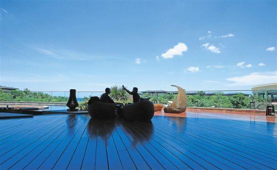游客在三亚海棠湾的酒店休闲度假。海南日报记者 张茂 摄
