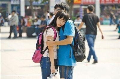龙头寺火车站,一对情侣难分难舍。