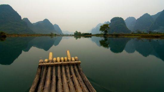 乘竹筏欣赏沿河风光 图源:源自未名湖畔(新浪博主)
