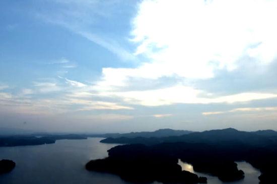 湖中有数十个小岛,其中有五,六个岛相连,这样的岛湖相连在江西境内是