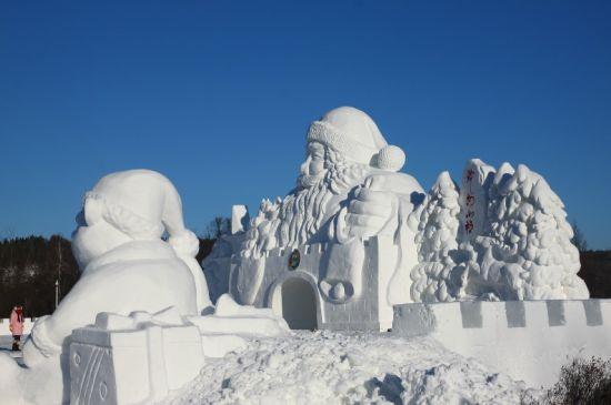 新浪旅游配图:圣诞老人雪雕 图片来源:@MEI331_