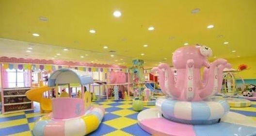 6、爱垚乐儿童娱乐室   爱垚乐儿童娱乐室是一家主题儿童乐园,占地二百余平,场内娱乐设施丰富,色彩艳丽,环境舒适。场内设有淘气堡等一条龙娱乐项目,通过科学的立体组合,为孩子打造一个天然课堂,使孩子在快乐中得到成长,为每个小朋友创造美好的童年记忆。   票价:30元   营业时间:8:30--19:00   地址:萨尔图区东城领秀A区龙凤区政府对面。     7、冒险岛   冒险岛,拓展训练起源于第二次世界大战。英国的救生专家提出成功并非依靠充沛的体能,而是强大的意志力这一理念。当时德国人库尔特