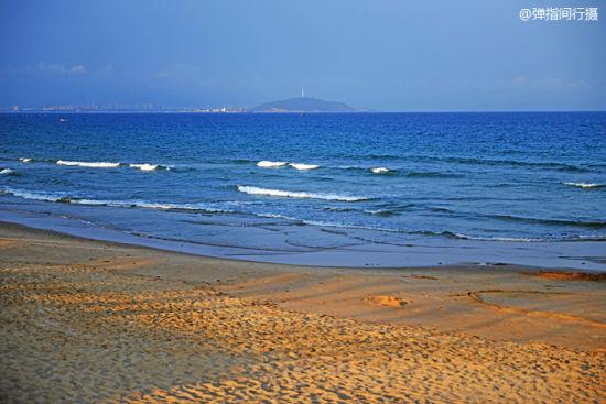 黄昏斜阳被沙滩染成金黄,此刻的大海颜色变成一种深邃的湛蓝。