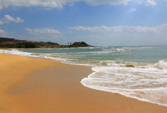 在石梅湾内的加井岛海滩取景让人熟知了石梅湾的美丽海岛风光.