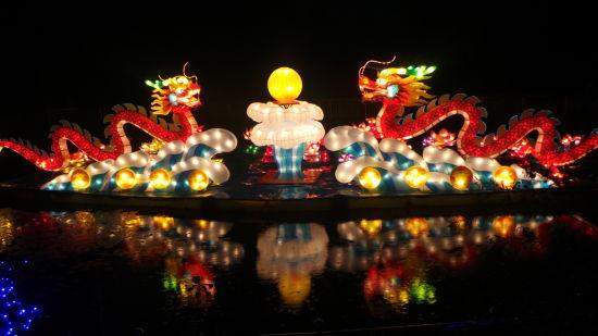 6月6日晚,石柱土家风情灯会节在黄水药用植物园亮灯启幕。据悉,本届灯会节主题为走进黄莲之乡,领略土家风情,灯会展出将持续至10月6日。园内引入了来自自贡的熊猫主题灯饰,以土家民俗文化为元素而打造的彩灯展示了石柱土家族人民的生活风情。