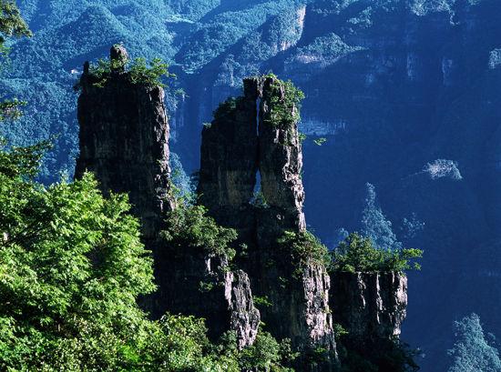 柴埠溪大峡谷地质形成于震旦纪属典型的喀斯特地貌,地形独特,生物资源丰富,生态保持良好。峡谷两岸山石经亿万年风雨侵蚀、风化和崩落,形成了众多奇峰异石,幽峡百里,奇峰三千是她最真是的写照。一条清溪穿峡而过,宛若游龙;象形山石、千姿百态;土家美丽传说,更使景物鲜活灵动。其中,以神笔峰和笔架山、对嘴石、人头山等景点最为造化神奇,令人叹为观止。 柴埠溪美景