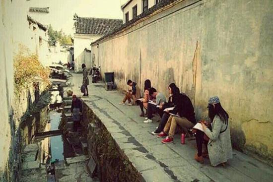 在宏村写生的学生们