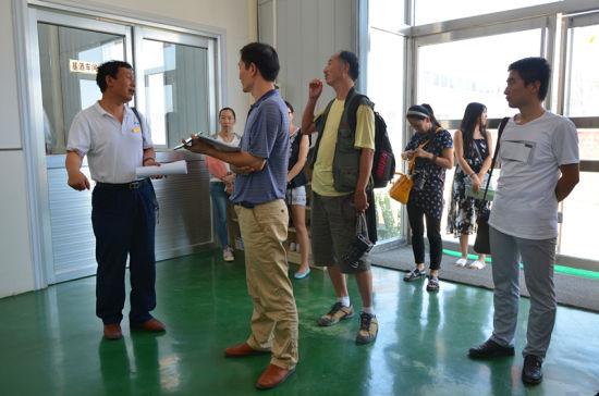 工程师谭拥军带领媒体团参观酒厂