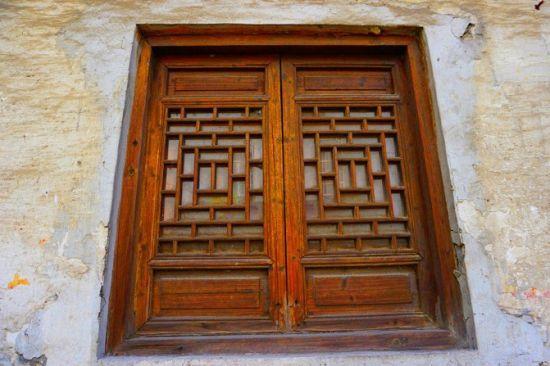 斑驳的墙面,木质的窗户,一切都是怀旧的气息