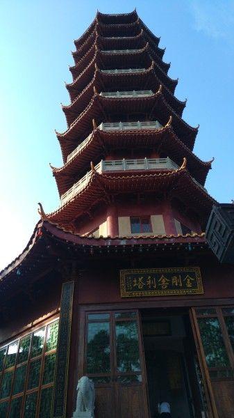 为了更好的保存舍利,宝昙大和尚于南台寺修建了金刚舍利塔。