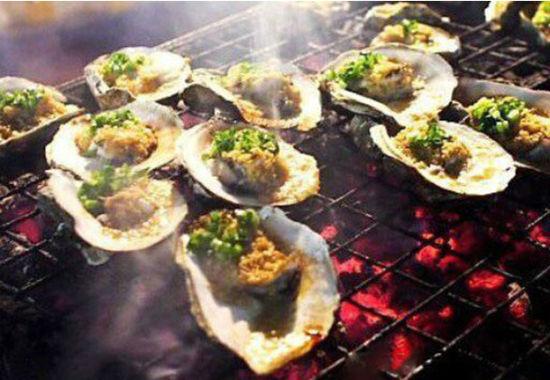 连壳的生蚝摆在铁网上烤,转眼间香气四溢,令人唾液欲滴。