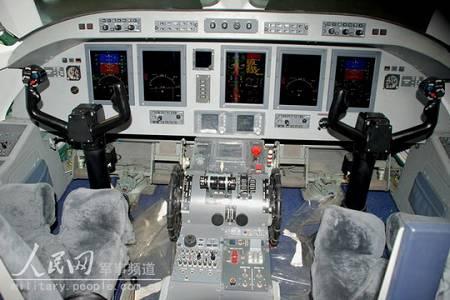飞机驾驶舱采用了具有国际先进水平,由5个综合显示器组成的综合航电系