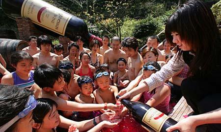 日本另类温泉大盘点:红酒温泉(组图)