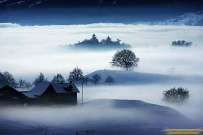 2、2009年1月13日,瑞士中部城市克恩斯,晨雾升起,天际之间宛若仙境。