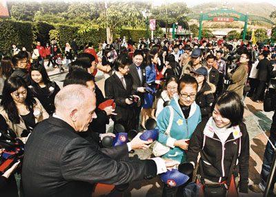 华特迪斯尼亚洲总裁安明智(左)与其它高层向深圳定点团团友送纪念品