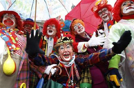 人们扮成小丑载歌载舞