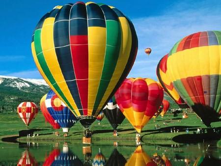 几千立方米的体积、几十米的高度、五颜六色的外表、可以缝制各种精美的图案、一个字母或汉字可以做成十几平方米,飞到空中极其诱人,因此英国有一家报纸称热气球是当今最时髦的广告载体。世界上很多著名的企业都曾出资赞助热气球比赛或探险活动。包括可口可乐、百事可乐、TDK、米其林、财富杂志等著名企业都有自己的热气球队。