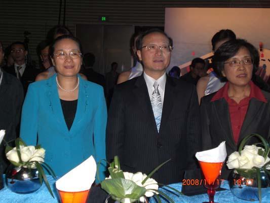 左起:上海市副市长赵雯、国家旅游局局长邵琪伟、上海市世界博览会执行委员会专职副主任钟燕群出席发布仪式并共同发布口号和标识。