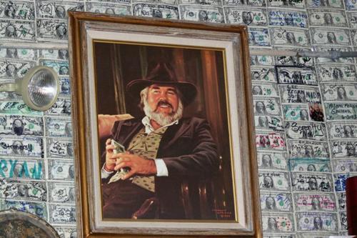 墙上的钱都是他的吗