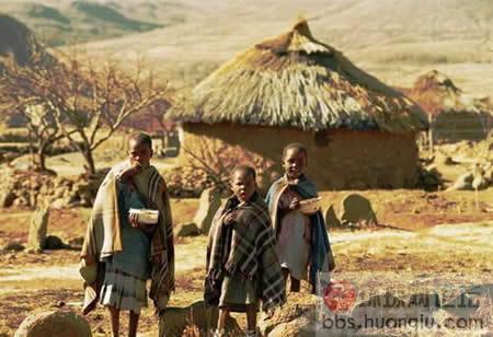 当然,巫医也不是万能的。村民们得了艾滋病,肝炎,肺结核,癌症之类的大病,她们是束手无策的。