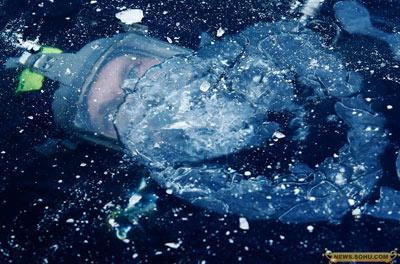 8、1月13日,德国海尔布隆,一名警察在冰下进行潜水训练。