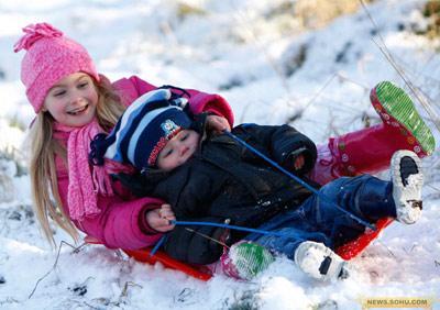 21、1月5日,英国普林斯里斯博罗夫,小孩子们在玩雪橇。