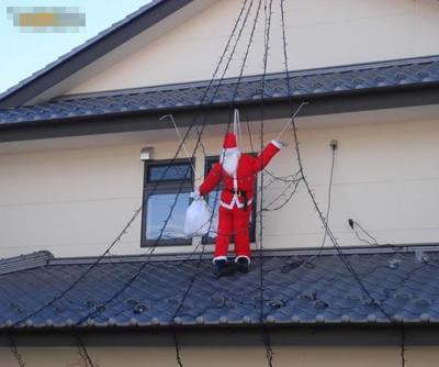 吊在房檐的圣诞老人