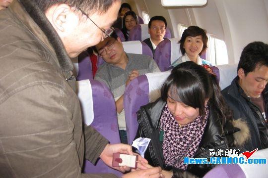 正月初七,在飞往北京的MF8129航班上,上演了一场温馨、浪漫的求婚仪式。杨先生为王小姐戴上求婚戒指