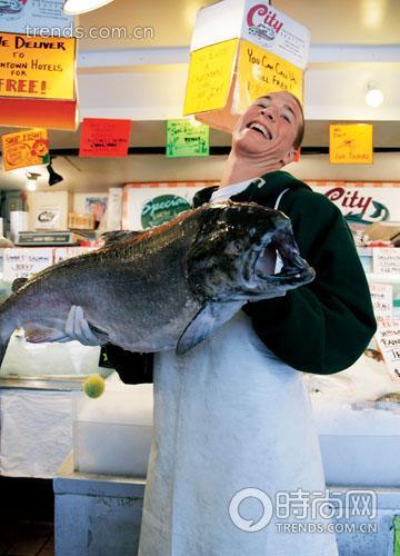 派克市场最有名的鱼市每天贩卖新鲜的海鱼