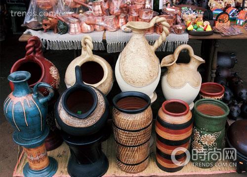 集市上的陶罐都是纯手工制作,物美价廉。