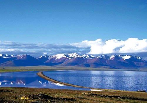 高原上的雪山和湖泊