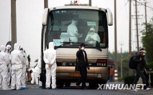5月6日,旅客抵达临时隔离观察点。新华社记者刘颖 摄