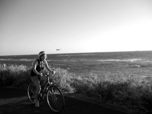 海边的骑行者