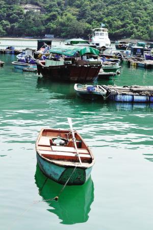 索罟湾畔的小船。