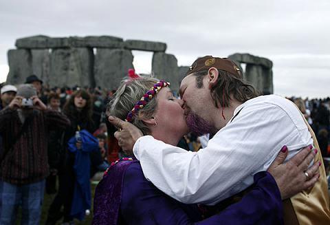 游客在巨石阵前拥吻迎夏至